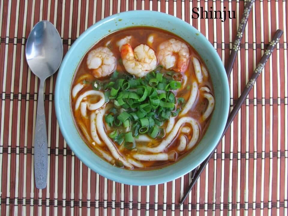 Ostro-kwasna zupa z makaronem udon