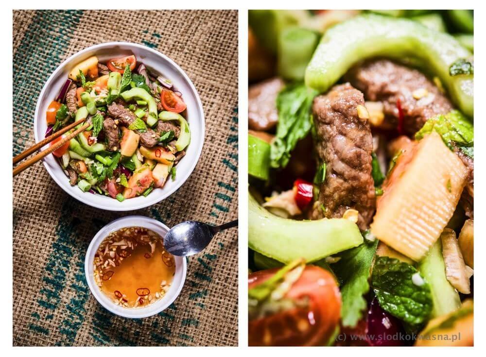 Sałatka z wołowiną, papają, ogórkiem i ziołami