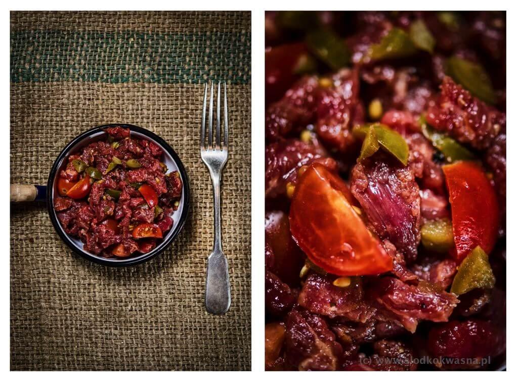fot cookandwatch com poledwica z papryka i pomidorami Polędwica wołowa na ostro