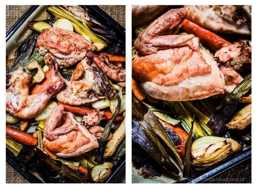 Podpieczone warzywa i kurczak na czarny bulion