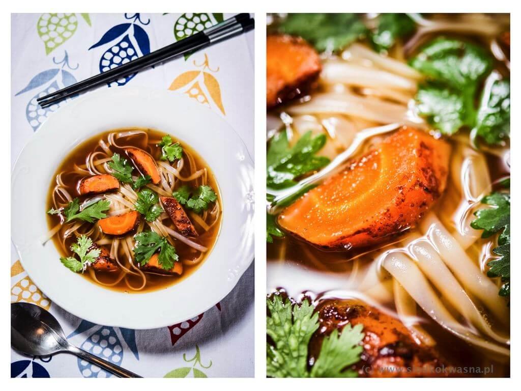 fot cookandwatch com zupa na czarnym bulionie Rosół z makaronem pho i cynamonową marchewką na ciemnym bulionie