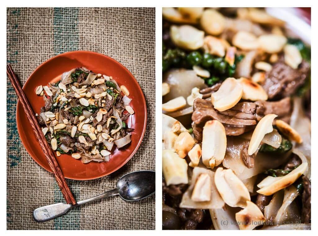 fot cookandwatch com smazony makaron pho z wolowina i ziolami na talerzu Wołowina smażona z makaronem pho