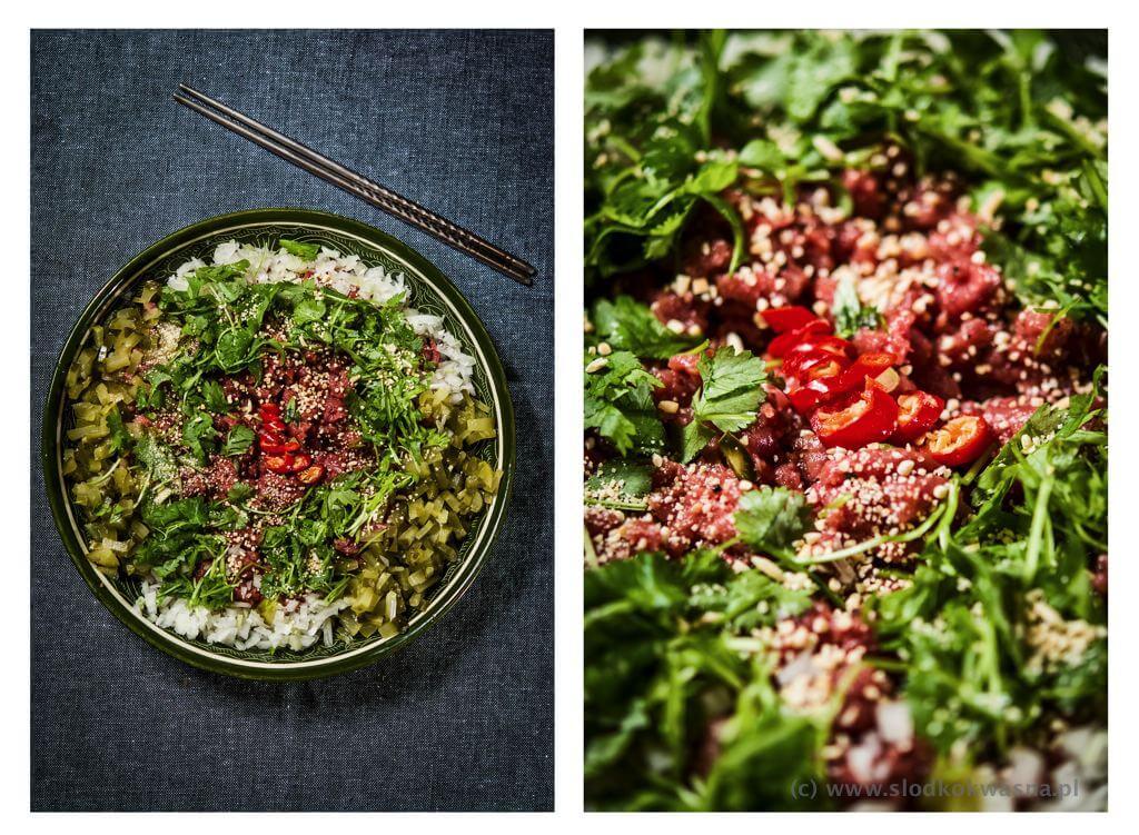 fot cookandwatch com tatar azjatycki z cebula ogorkiem kolendra i chili oraz sosem sojowym chin sun Tatar azjatycki