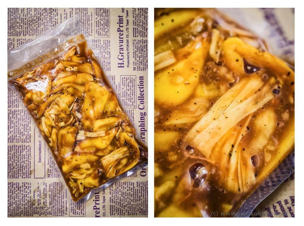 fot cookandwatch com pulled jackfruit marynowanie Szarpany chlebowiec czyli pulled jackfruit