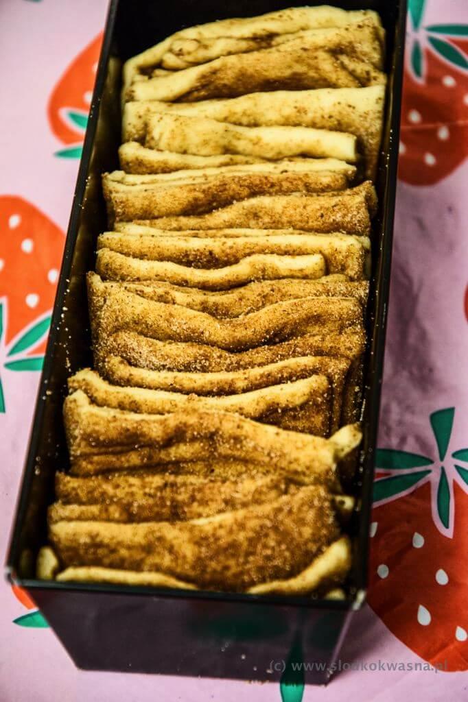 fot cookandwatch com cynamonowiec w trakcie Cynamonowiec czyli cynamonowe ciasto drożdżowe do odrywania